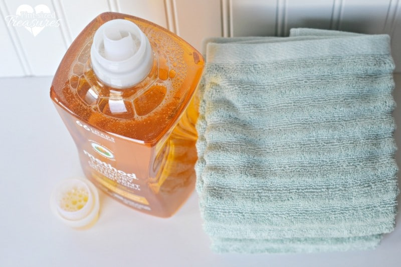 cleaning tricks using laundry detergent