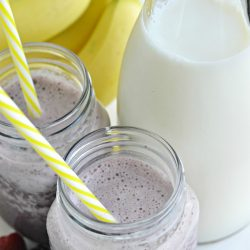 Mornings just got easier and yummier! This Banana Berry Spinach Smoothie is a winner with kids and parents! It's creamy, healthy and yummy! Ready in just a few church of the blender! #berrysmoothie #fruitsmoothie #spinachsmoothie #greensmoothie #fruitandspinachsmoothie #easysmoothierecipe #easybreakfast #healthybreakfast #healthyrecipes