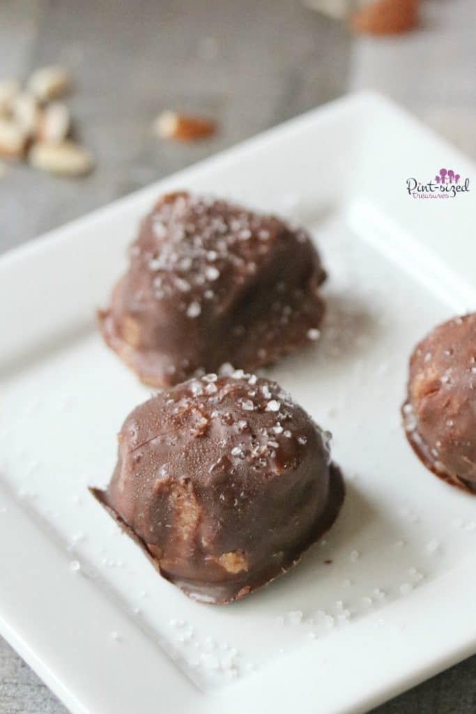 Easy, healthy and oh-so-gorgeous, chocolate holiday truffles! These are a nice welcome for those who want to indulge, but still stay on the healthier side of things! #almondtruffles #healthytruffles #chocolatetruffles #easytrufflesrecipes