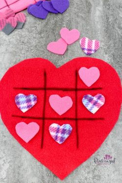 So fun and EASY! This DIY heart felt heart Tic Tac Toe game is a cinch to throw together and it's super easy to pack up and take on trips or fun outings!