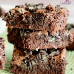 Oooh! These fudgy, mint brownies the perfect fix for your chocolate mint cravings! #mintbrownies #oreobrownies #oreobrownierecipe #fudgybrownies #fudgymintbrownie #easybrownies #homemadebrownies #chocolatebrowniesrecipe #mintchocolatedessert #mintchocolatebrownie