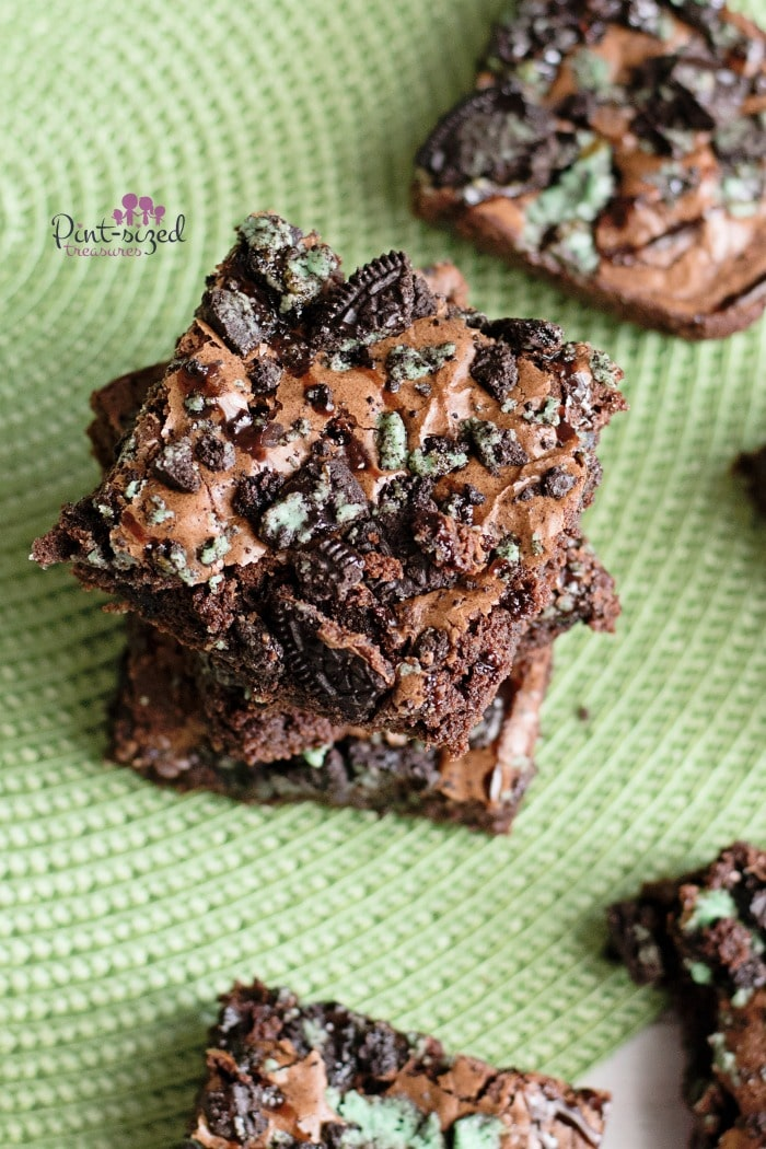 Easy, Oreo mint brownies that are crazy fudgy! #brownierecipe #mintbrownies #Oreocookiebrownie #OreoMintBrownie #Oreobrownierecipe #mintbrownierecipe