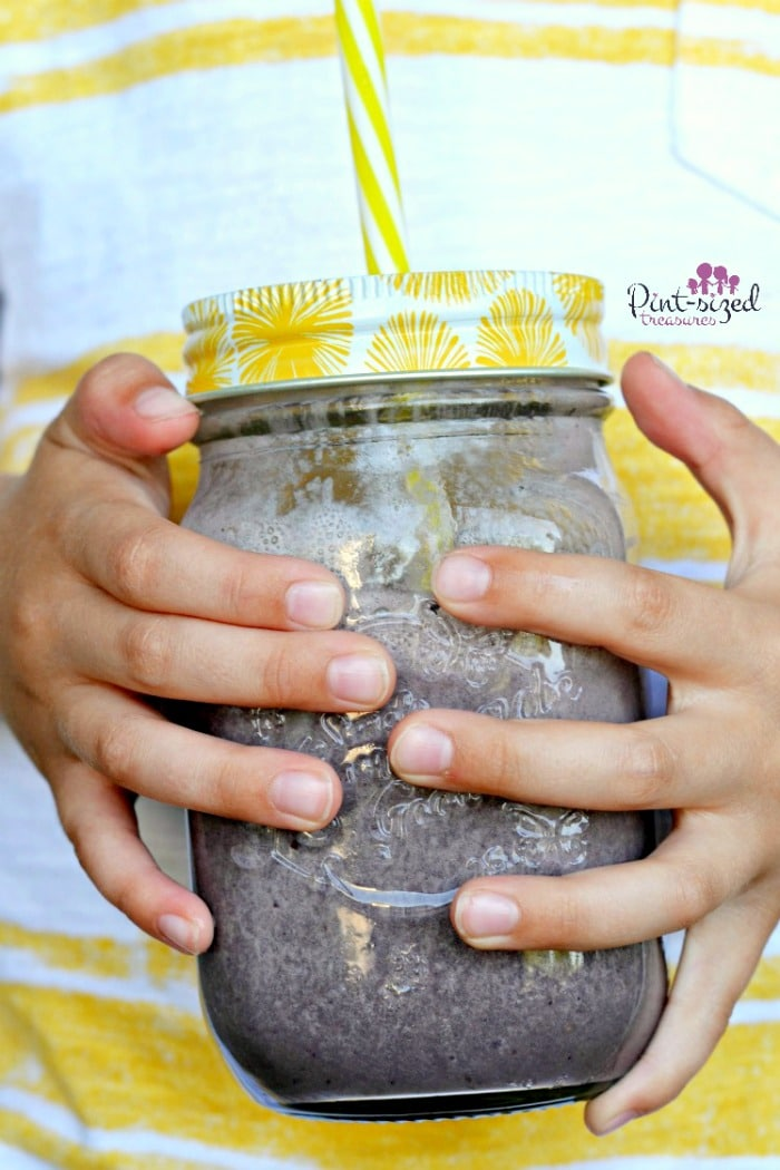YUM! An easy, berry, banana and spinach smoothie makes mornings smooch easier, healthier and yummy! Blend up this super-fresh smoothie today! #bananasmoothie #berrysmoothie #spinachsmoothie #healthysmoothie #breakfastsmoothie #moothiesforkids #bestsmoothierecipe #easysmoothierecipe #berrybananasmoothie #bananaspinachsmoothie #smoothieskidslove