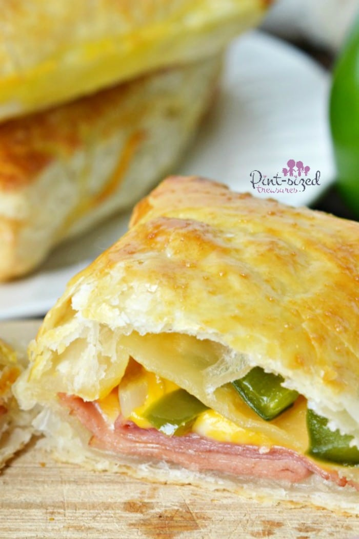 Super easy ham, turkey and cheese pockets are perfect for a quicksand easy family meal! Great for lunch boxes too! #easylunch #easyrecipe #hamandcheese #homemadepockets #hotpockets #comfortfood