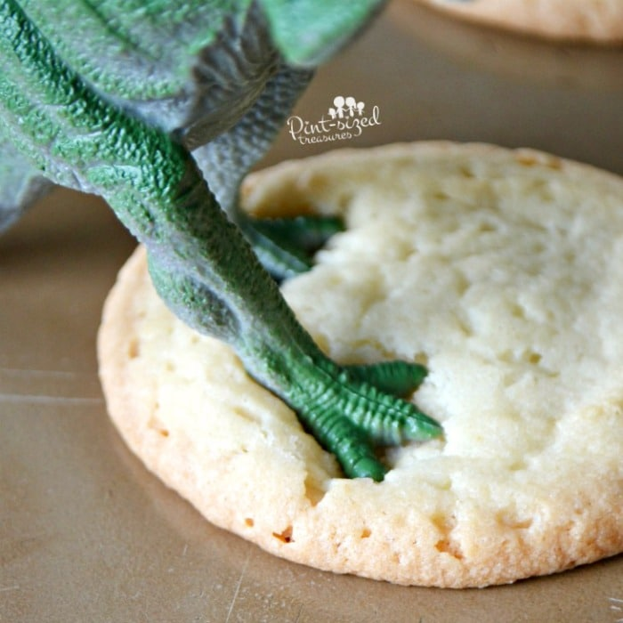 Dinosaur playdates are super-fun and simple! #dinosaurparty #playdates